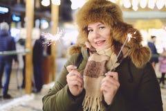 Retrato del modelo adulto atractivo del tamaño extra grande, sonriendo, invierno, N Imagen de archivo libre de regalías