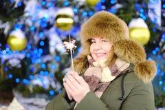 Retrato del modelo adulto atractivo del tamaño extra grande, sonriendo, invierno, N Fotos de archivo libres de regalías