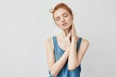 Retrato del modelo astuto hermoso que presenta con los ojos cerrados Fotos de archivo