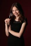 Retrato del modelo con la copa Cierre para arriba Fondo rojo oscuro Fotografía de archivo libre de regalías
