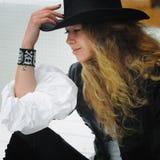 Retrato del modelo de moda con el pelo rizado largo Fotos de archivo