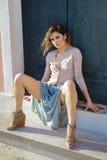 Retrato del modelo de moda que se sienta en las escaleras Imagenes de archivo