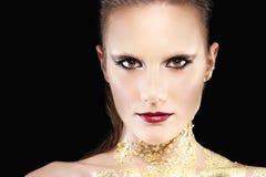 Retrato del modelo del maquillaje del encanto, cuerpo dorado imagenes de archivo