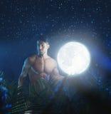 Retrato del modelo desnudo joven en la selva de la noche Foto de archivo