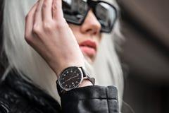Retrato del modelo elegante con el reloj afuera Fotos de archivo