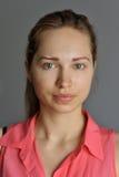 Retrato del modelo eslavo joven sin maquillaje fotografía de archivo