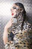 Retrato del modelo europeo joven hermoso en maquillaje y bodyart del gato Imagen de archivo
