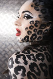 Retrato del modelo europeo joven hermoso en maquillaje y bodyart del gato Fotografía de archivo