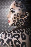 Retrato del modelo europeo joven hermoso en maquillaje y bodyart del gato Fotografía de archivo libre de regalías