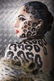 Retrato del modelo europeo joven hermoso en maquillaje y bodyart del gato Imágenes de archivo libres de regalías
