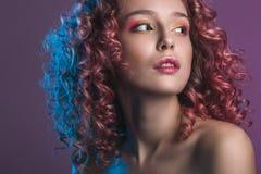 Retrato del modelo femenino hermoso con el pelo rizado rojo imagen de archivo