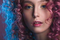 Retrato del modelo femenino hermoso con el pelo rizado rojo Fotografía de archivo