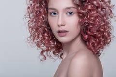 Retrato del modelo femenino hermoso con el pelo rizado rojo fotografía de archivo libre de regalías