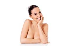 Retrato del modelo femenino hermoso en el fondo blanco Imágenes de archivo libres de regalías