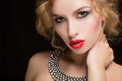 Retrato del modelo femenino hermoso en negro Foto de archivo libre de regalías