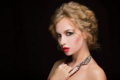 Retrato del modelo femenino hermoso en negro Imagen de archivo libre de regalías