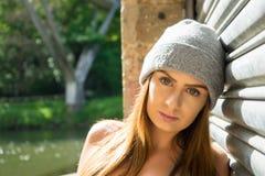 Retrato del modelo femenino joven hermoso, inclinándose contra un gara Fotos de archivo libres de regalías