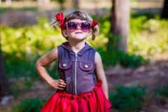 Retrato del modelo hermoso de la niña en gafas de sol en arcos en un parque Fotografía de archivo libre de regalías
