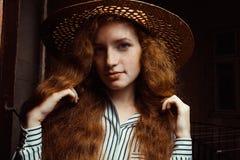 Retrato del modelo hermoso del pelirrojo con el pelo largo en sombrero de paja Imagen de archivo