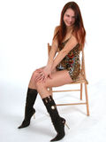 Retrato del modelo joven que se sienta en silla Imágenes de archivo libres de regalías