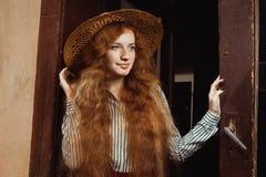 Retrato del modelo pelirrojo hermoso con el pelo largo en la paja h Fotografía de archivo