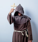 Retrato del monje católico joven con la cruz Imagen de archivo libre de regalías