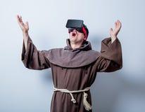 Retrato del monje católico joven con los vidrios 3D Fotos de archivo