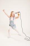Retrato del muchachas cantantes alegres Fotografía de archivo