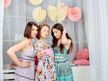 Retrato del muchachas de moda atractivas jovenes en un dre brillante Imagen de archivo libre de regalías