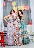 Retrato del muchachas de moda atractivas jovenes en un dre brillante Imagen de archivo