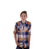 Retrato del muchacho adolescente atractivo que es fotografiado en un estudio Aislado en el fondo blanco Fotografía de archivo libre de regalías