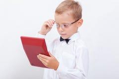 Retrato del muchacho adolescente con la calculadora en blanco Foto de archivo libre de regalías