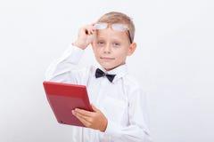 Retrato del muchacho adolescente con la calculadora en blanco Foto de archivo