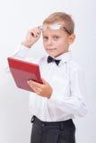Retrato del muchacho adolescente con la calculadora en blanco Imagenes de archivo