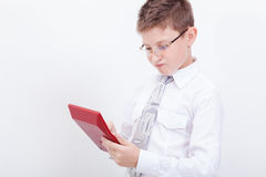 Retrato del muchacho adolescente con la calculadora en blanco Imagen de archivo