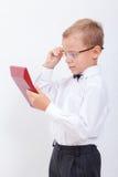 Retrato del muchacho adolescente con la calculadora en blanco Imagen de archivo libre de regalías