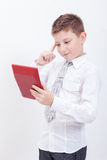 Retrato del muchacho adolescente con la calculadora en blanco Fotografía de archivo