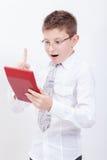Retrato del muchacho adolescente con la calculadora en blanco Imágenes de archivo libres de regalías