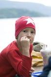 Retrato del muchacho adolescente de moda en un casquillo rojo con la estrella blanca Imágenes de archivo libres de regalías