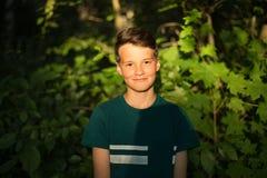 Retrato del muchacho adolescente hermoso joven en bosque Foto de archivo libre de regalías