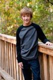 Retrato del muchacho adolescente lindo al aire libre Imagenes de archivo