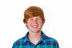 Retrato del muchacho adolescente pelirrojo sonriente Foto de archivo