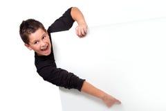 Retrato del muchacho adolescente que señala el dedo en espacio de la copia Foto de archivo libre de regalías