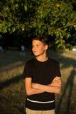 Retrato del muchacho adolescente sonriente en jardín Fotografía de archivo