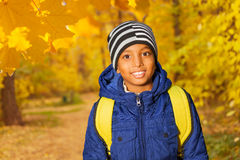 Retrato del muchacho africano feliz en el bosque Imagen de archivo