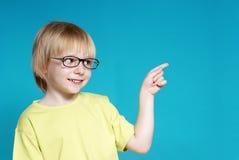Retrato del muchacho agradable en vidrios Foto de archivo libre de regalías