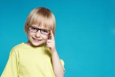Retrato del muchacho agradable en vidrios Imagen de archivo