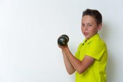 Retrato del muchacho apto del tween con pesa de gimnasia Foto de archivo