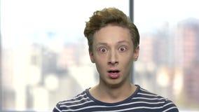 Retrato del muchacho asustado en fondo borroso almacen de video