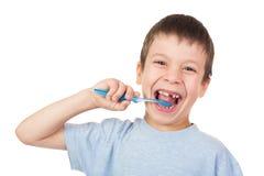 Retrato del muchacho con el cepillo de dientes y el diente perdido Foto de archivo libre de regalías